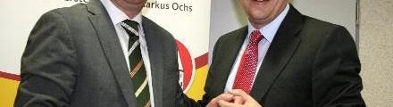 Flö†rsheim / Als erster Gratulant überreichte CDU-Parteichef Marcus Reif eine Flasche Rotwein