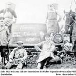 """Bei der Spätlese im Jahr 1936 mischte sich der inzwischen in Wicker legendäre Feldschütz Philipp Müller (Zweiter von links) unter die Erntehelfer. Foto: Historischer Verein / Repro: Reuß"""""""