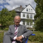 Norbert Hegmann, aufgenommen vor seinem ersten Dienstsitz, dem ehemaligen Weilbacher Rathaus. Foto: Nietner