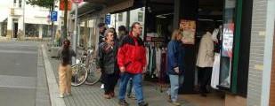 Diese Zeiten sind lange vorbei: Die Aufnahme aus dem Jahr 2001 zeigt Passanten in der Wickerer Straße vor dem ehemaligen Scharfenbaum-Geschäftshaus. Foto: Archiv/Nietner