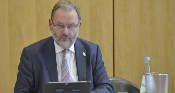 Grimmiger geht's wohl nimmer: Rathauschef Michael Antenbrink (SPD) ärgerte sich über CDU und Freie Bürger.