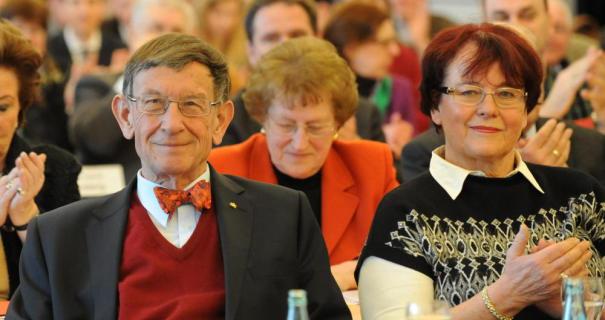 Zufrieden mit sich und seiner Partei: Im Januar 2013 wurde Heinz Riesenhuber in Hofheim von den CDU-Delegierten aus dem Main-Taunus-Kreis und aus drei Kommunen des Hochtaunuskreises noch einmal als Bundestagskandidat für den Wahlkreis 181 nominiert. Seine Gattin Beatrix (rechts) soll ihm damals das Versprechen abgenommen haben, dass es die letzte Legislaturperiode wird.