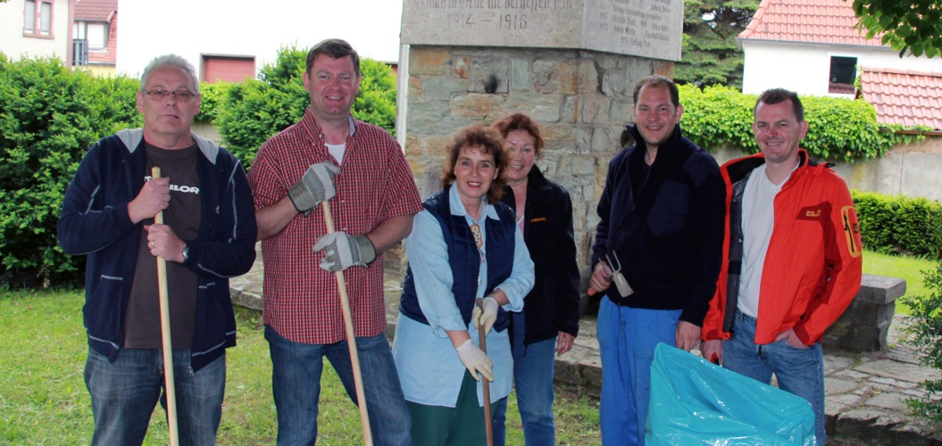 Grünpflegepaten der Weilbacher CDU umsorgten das Weilbacher Ehrenmal