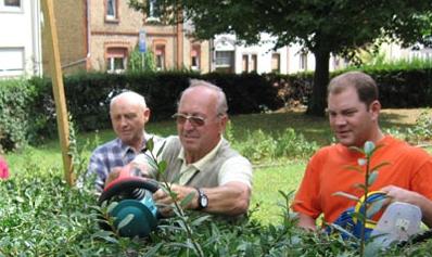 Grünpflege am Weilbacher Ehrenmal