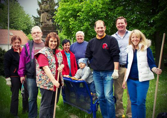 Weilbacher CDU aktiv bei der Grünpflege am Ehrenmal