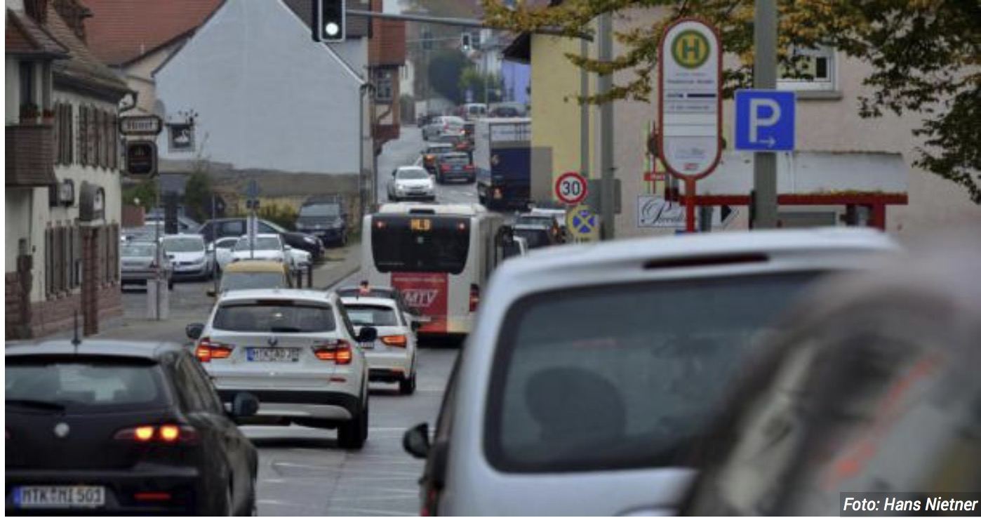 Tägliches Bild in Weilbach: In der Frankfurter Straße staut sich der Verkehr. Das Thema erregt in der Mainstadt immer noch die Gemüter. Es soll eine Verkehrskommission gebildet werden.