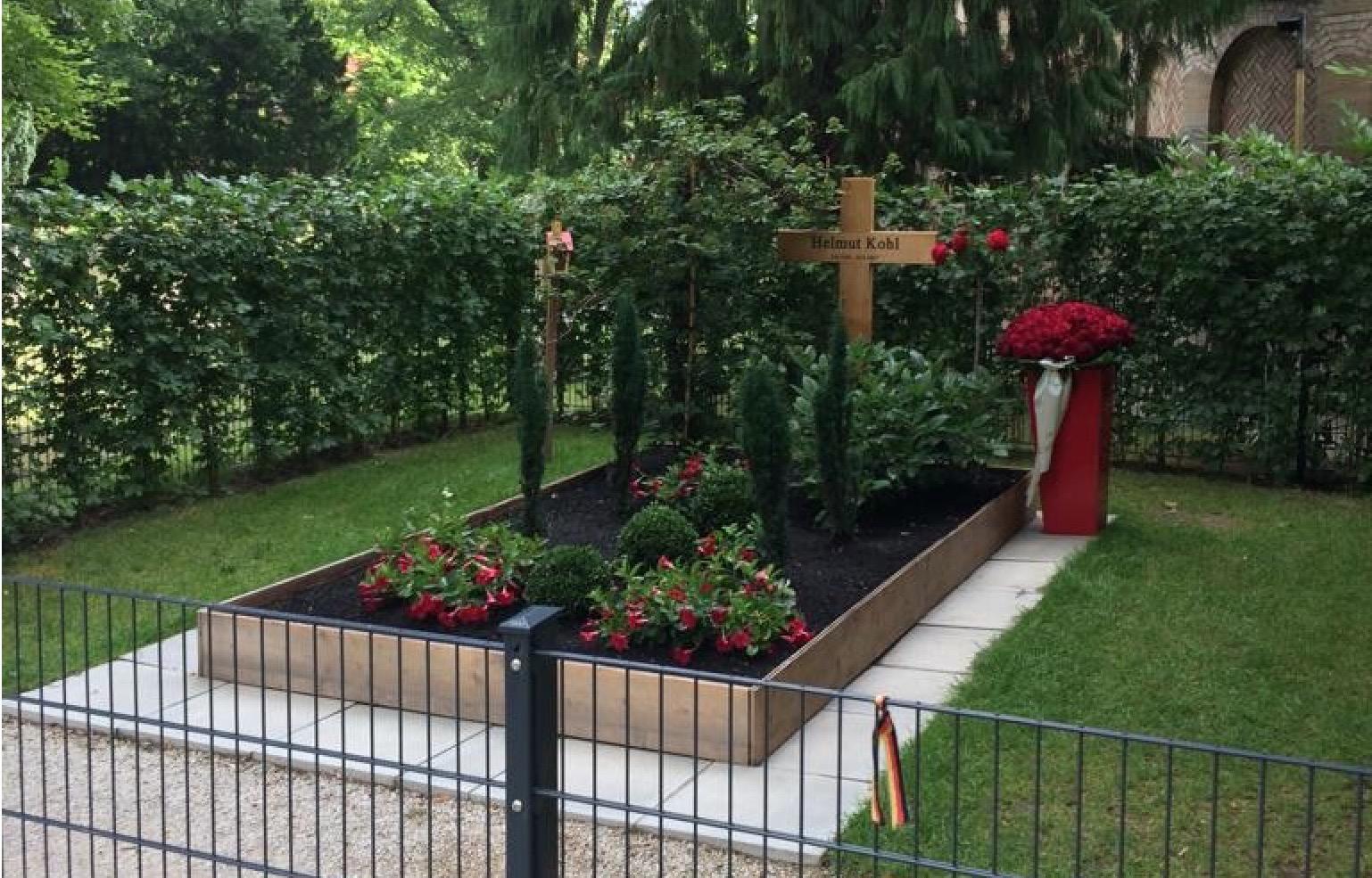 Flörsheimer CDU am Grab vom Helmut Kohl
